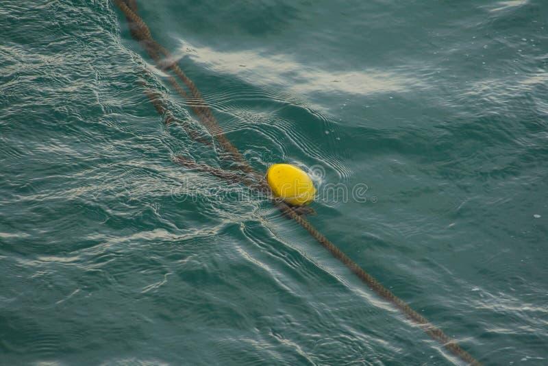 Ένας κίτρινος σημαντήρας που επιπλέει στη θάλασσα στοκ εικόνες