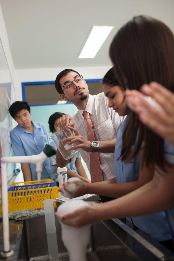 Ένας καθηγητής και οι σπουδαστές του κατά τη διάρκεια μιας κατηγορίας επιστήμης στοκ φωτογραφία με δικαίωμα ελεύθερης χρήσης