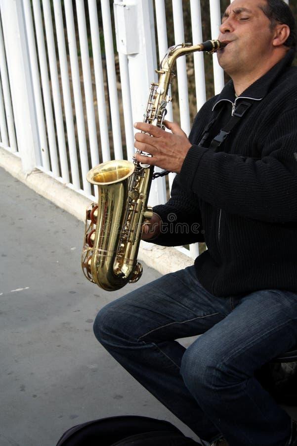 Ένας καλλιτέχνης οδών παίζει ένα saxophone Είναι saxophonist στοκ φωτογραφίες με δικαίωμα ελεύθερης χρήσης