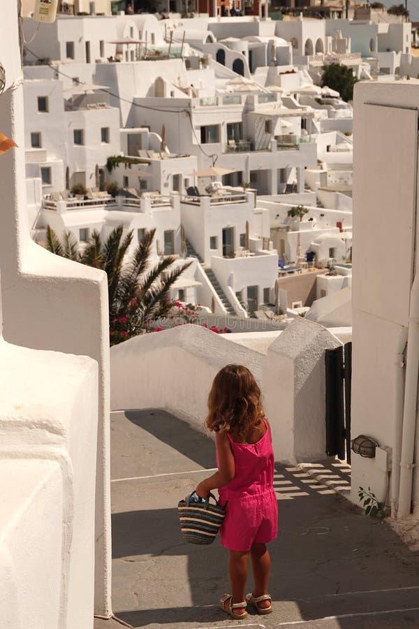 Ένας καλός μικρός τουρίστας περνά για έναν περίπατο από τις οδούς Santorini στοκ εικόνα με δικαίωμα ελεύθερης χρήσης