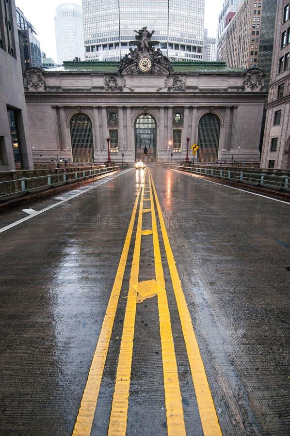 Ένας κενός δρόμος που οδηγεί στο μεγάλο κεντρικό σταθμό στην πόλη της Νέας Υόρκης σε ένα βροχερό πρωί στοκ φωτογραφίες