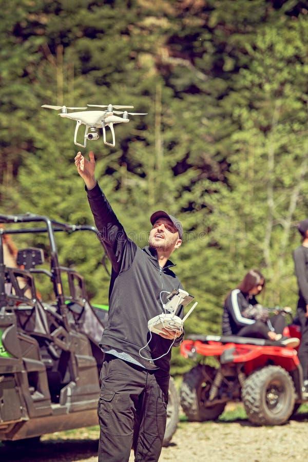 Ένας κηφήνας πειραματικός προετοιμάζεται να πιάσει ένα κατεβαίνοντας τετράγωνο κηφήνων chopter περίπου στο έδαφος ακόμα κατά την  στοκ φωτογραφία