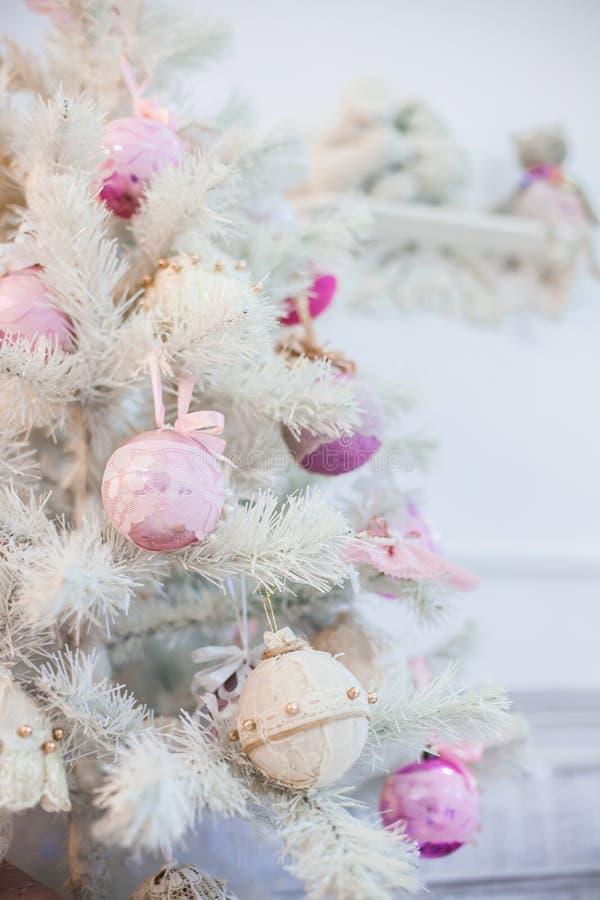Ένας κλάδος ενός χριστουγεννιάτικου δέντρου που διακοσμείται με τις διακοσμήσεις στοκ εικόνες