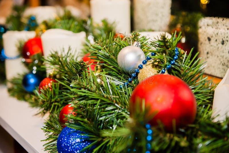 Ένας κλάδος του χριστουγεννιάτικου δέντρου που διακοσμείται με τις κόκκινες, μπλε και άσπρες σφαίρες στοκ εικόνα με δικαίωμα ελεύθερης χρήσης
