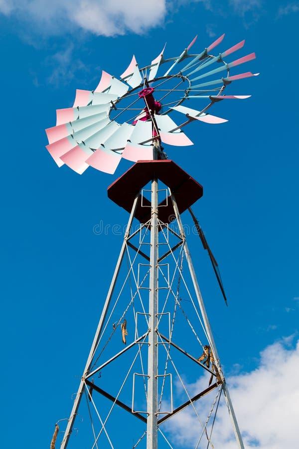 Ένας κόκκινος και μπλε ανεμόμυλος στοκ φωτογραφία με δικαίωμα ελεύθερης χρήσης