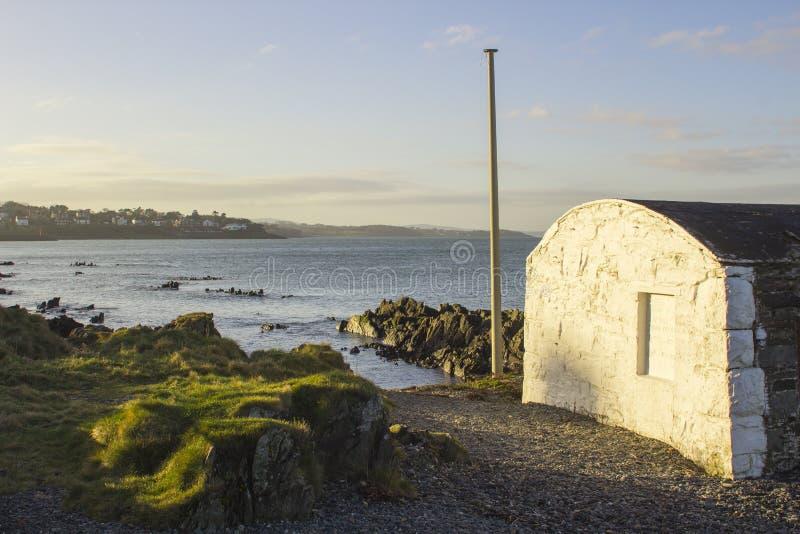 Ένας κόλπος Ballyholme άποψης acreoss στη κομητεία κάτω από τη Βόρεια Ιρλανδία που κοιτάζει προς το λιμάνι του Μπανγκόρ στοκ φωτογραφίες