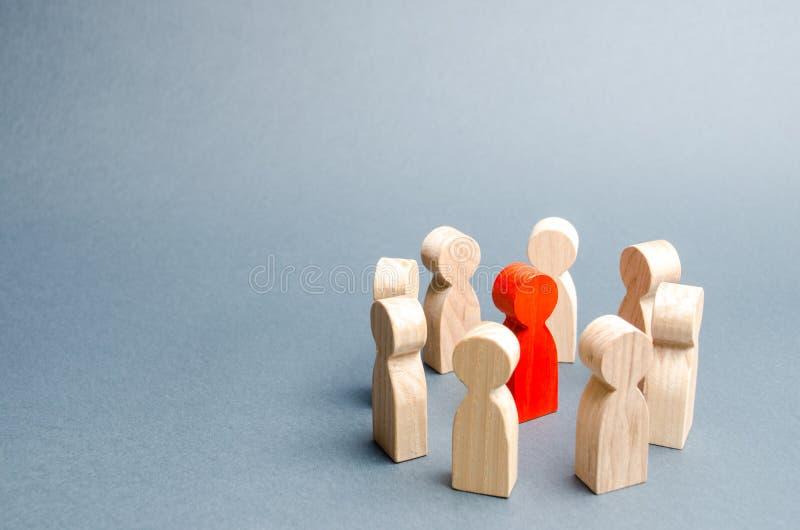Ένας κύκλος των ανθρώπων περιβάλλει ένα κόκκινο πρόσωπο Επικοινωνία Επιχειρησιακή ομάδα, ομαδική εργασία, ομαδικό πνεύμα Ξύλινοι  στοκ φωτογραφία με δικαίωμα ελεύθερης χρήσης