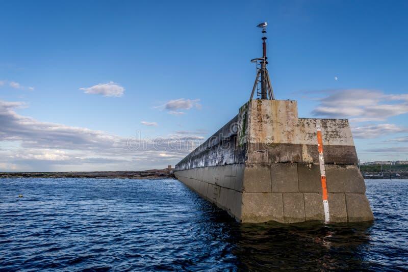 Ένας λιμενοβραχίονας ή μια αποβάθρα που βλέπει από τη θάλασσα, στοκ εικόνες