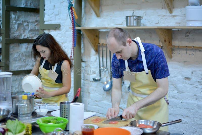 Ένας μάγειρας ζευγών στην κουζίνα στοκ φωτογραφίες