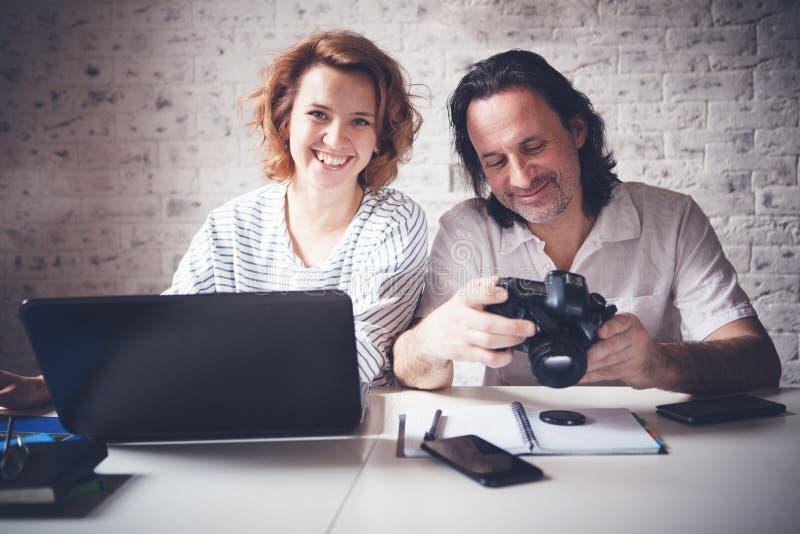 Ένας μέσης ηλικίας άνδρας και μια νέα γυναίκα κάθονται σε έναν πίνακα με στοκ φωτογραφίες