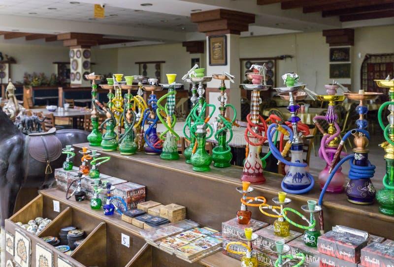 Ένας μεγάλος αριθμός decoratively διακοσμημένος hookahs και καπνός για τους για την πώληση σε ένα κατάστημα ακρών του δρόμου κοντ στοκ φωτογραφίες