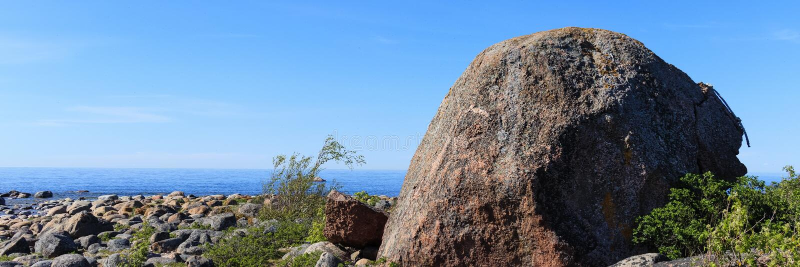 Ένας μεγάλος βράχος σε μια παραλία των πετρών στην Εσθονία στοκ εικόνα