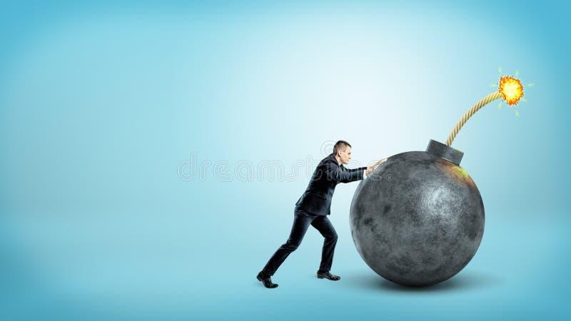 Ένας μικροσκοπικός επιχειρηματίας κατά την πλάγια όψη που ωθεί σε έναν γίγαντα γύρω από τη βόμβα με μια αναμμένη θρυαλλίδα στο μπ στοκ εικόνα με δικαίωμα ελεύθερης χρήσης