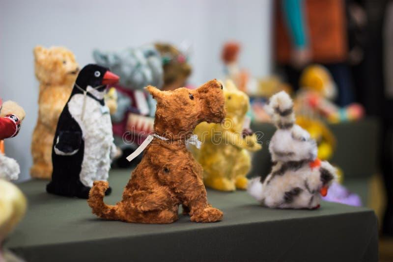 ένας μικρός αριθμός ενός κόκκινου σκυλιού παιχνιδιών στοκ φωτογραφία