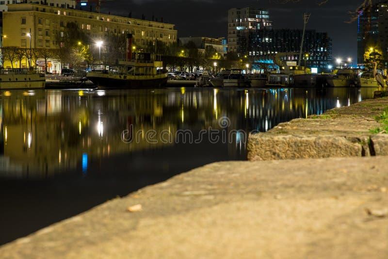 Ένας μικρός λιμένας τη νύχτα στην πόλη της Νάντης Γαλλία στοκ εικόνες