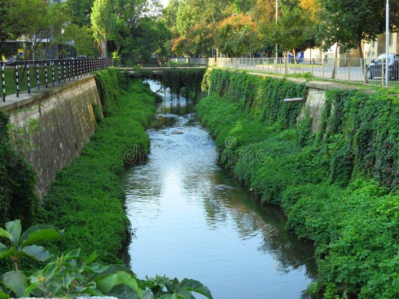 Ένας μικρός, στενός ποταμός διατρέχει της πόλης στοκ φωτογραφίες με δικαίωμα ελεύθερης χρήσης