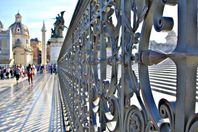Ένας μοναδικός φράκτης κοντά σε μια χριστιανική εκκλησία στη Ρώμη, Ιταλία στοκ εικόνες με δικαίωμα ελεύθερης χρήσης