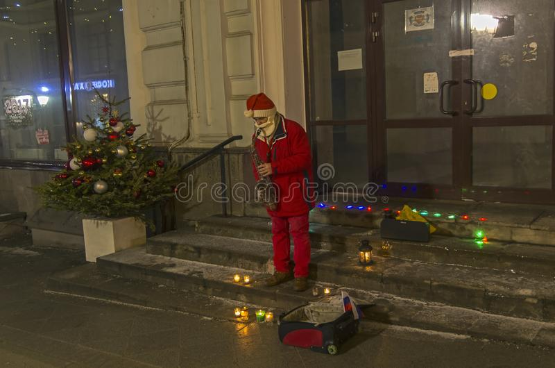 Ένας μουσικός οδών έντυσε δεδομένου ότι Άγιος Βασίλης παίζει το saxophone στοκ εικόνες