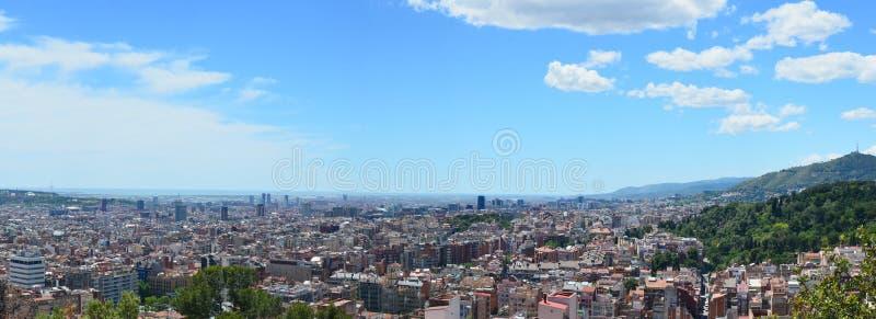 Ένας μπλε ουρανός άνοιξη πέρα από την ισπανική Βαρκελώνη στοκ φωτογραφία με δικαίωμα ελεύθερης χρήσης