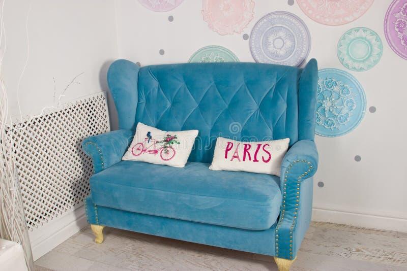 Ένας μπλε καναπές σε ένα σύγχρονο εσωτερικό στοκ εικόνες