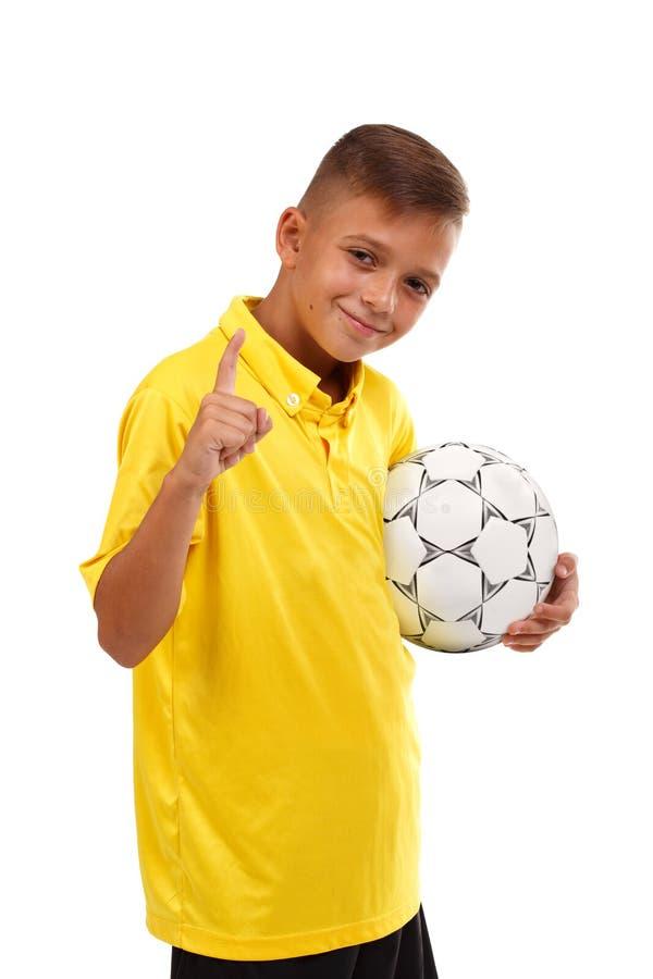 Ένας νέος αθλητικός τύπος πήρε την πρώτη θέση σε έναν ανταγωνισμό ποδοσφαίρου που απομονώθηκε σε ένα άσπρο υπόβαθρο στοκ φωτογραφία με δικαίωμα ελεύθερης χρήσης