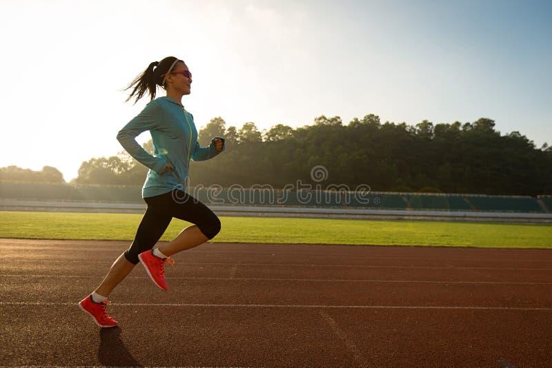 Ένας νέος δρομέας γυναικών ικανότητας runnin στοκ φωτογραφία με δικαίωμα ελεύθερης χρήσης
