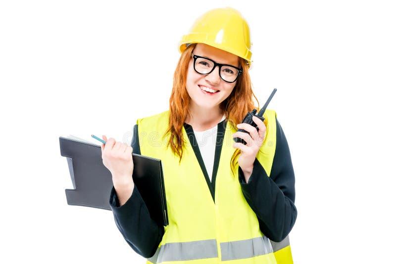 Ένας νέος επιστάτης γυναικών με τα γυαλιά και ένα κίτρινο κράνος στοκ φωτογραφίες με δικαίωμα ελεύθερης χρήσης