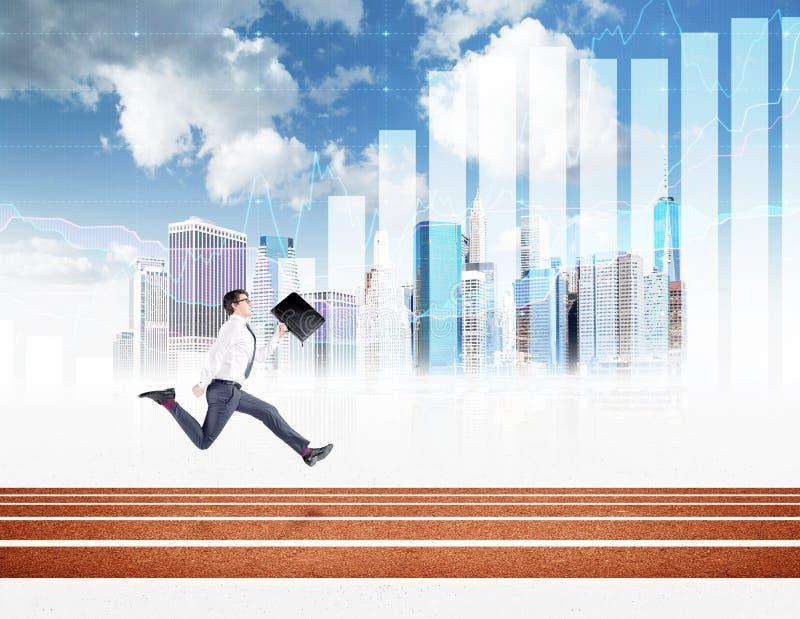 Ένας νέος επιχειρηματίας που τρέχει προς τα εμπρός με ένα μαύρο χέρι folderin στοκ φωτογραφία με δικαίωμα ελεύθερης χρήσης
