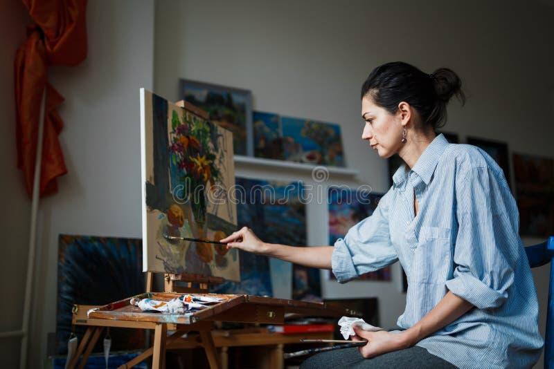 Ένας νέος καλλιτέχνης γυναικών στο στούντιο στοκ φωτογραφία με δικαίωμα ελεύθερης χρήσης