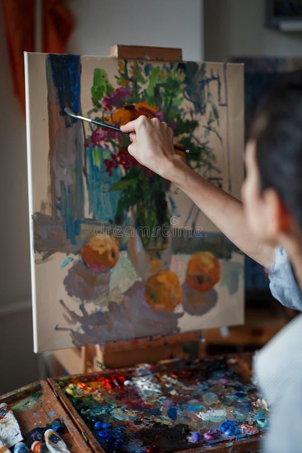 Ένας νέος καλλιτέχνης γυναικών χρωματίζει μια ελαιογραφία easel στοκ φωτογραφίες με δικαίωμα ελεύθερης χρήσης