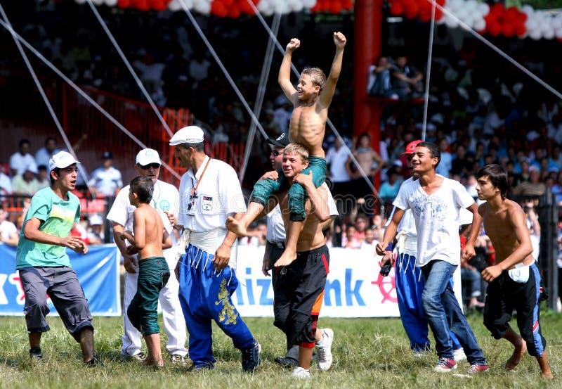 Ένας νέος παλαιστής γιορτάζει μετά από να κερδίσει το τμήμα του στο τουρκικό φεστιβάλ πάλης πετρελαίου Kirkpinar στη Αδριανούπολη στοκ εικόνα