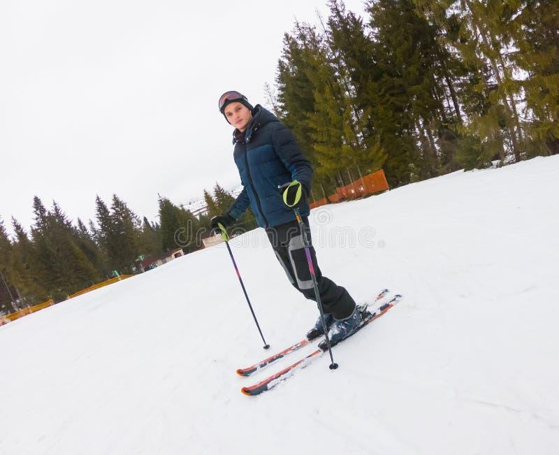 Ένας νέος τύπος στα αθλητικά γυαλιά και να κάνει σκι στα βουνά σε Pyl στοκ φωτογραφία με δικαίωμα ελεύθερης χρήσης