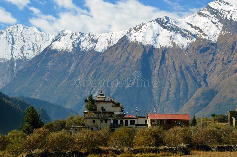 Ένας ναός κοντά στο χωριό Larjung στο κύκλωμα Annapurna, Νεπάλ Με τη σειρά Dhaulagiri στο υπόβαθρο στοκ εικόνες
