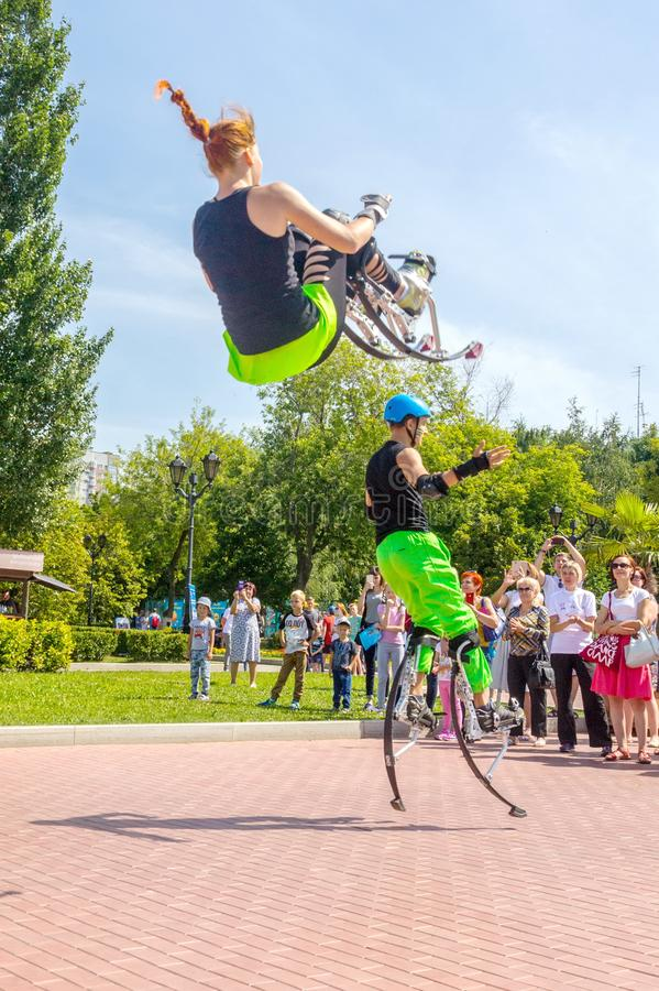 Ένας νεαρός άνδρας και ένα κορίτσι πηδούν στους άλτες στο ανάχωμα του  στοκ φωτογραφία με δικαίωμα ελεύθερης χρήσης