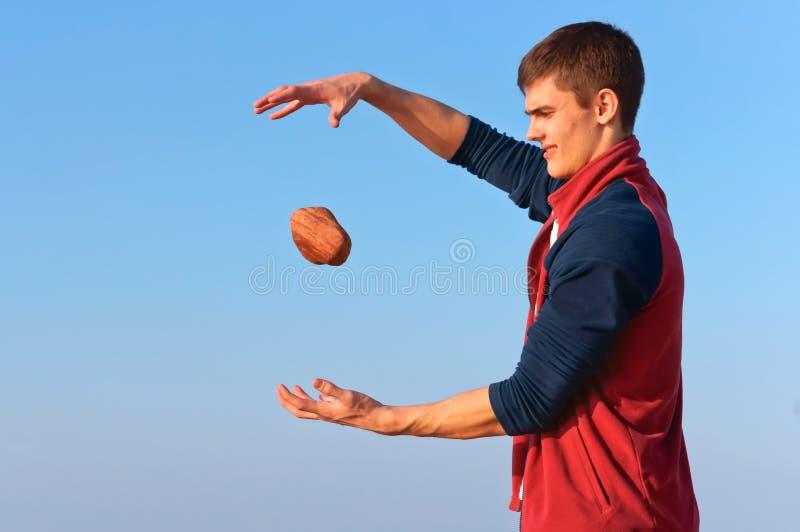 Ένας νεαρός άνδρας με μια πέτρα, μετεωρισμός, ένας νεαρός άνδρας ρίχνει τις πέτρες στοκ εικόνες με δικαίωμα ελεύθερης χρήσης