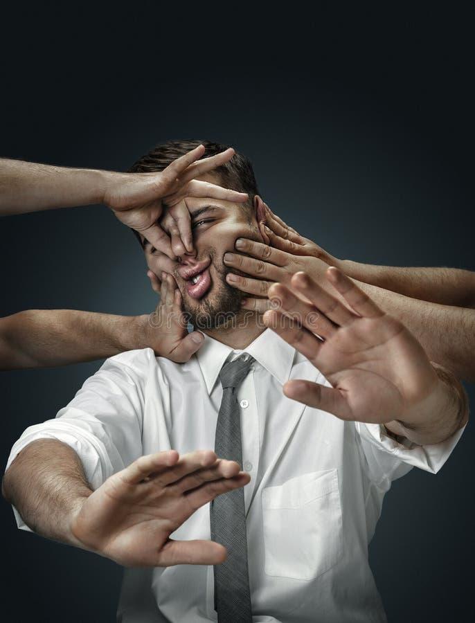 Ένας νεαρός άνδρας που περιβάλλεται με το χέρι όπως τις σκέψεις του στοκ φωτογραφία με δικαίωμα ελεύθερης χρήσης