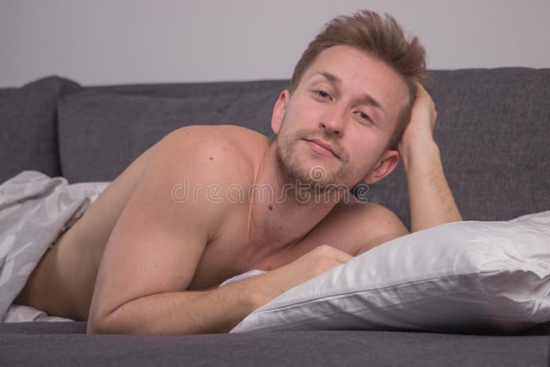 Ένας νεαρός άνδρας μόνο, ξύπνησε ακριβώς στοκ φωτογραφίες