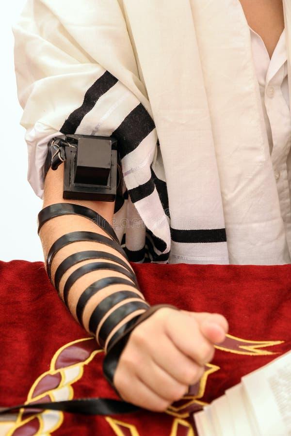 Ένας νεαρός άνδρας που χρησιμοποιεί ένα εβραϊκό Tefillin στοκ φωτογραφία με δικαίωμα ελεύθερης χρήσης