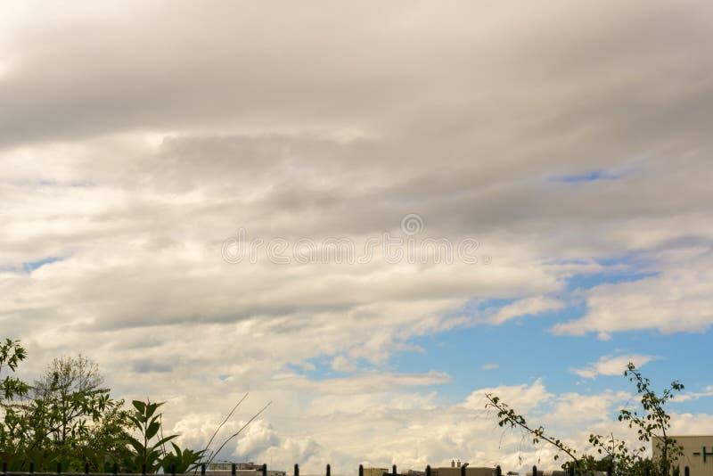 Ένας νεφελώδης θερινός ουρανός στοκ φωτογραφία με δικαίωμα ελεύθερης χρήσης