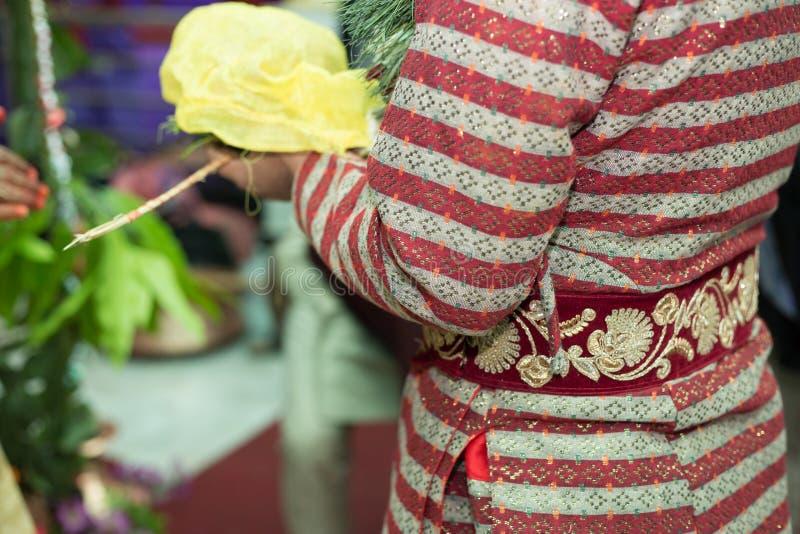 Ένας νεόνυμφος Nepali που εκτελεί τα γαμήλια τελετουργικά στην τελετή γάμου στοκ εικόνα με δικαίωμα ελεύθερης χρήσης