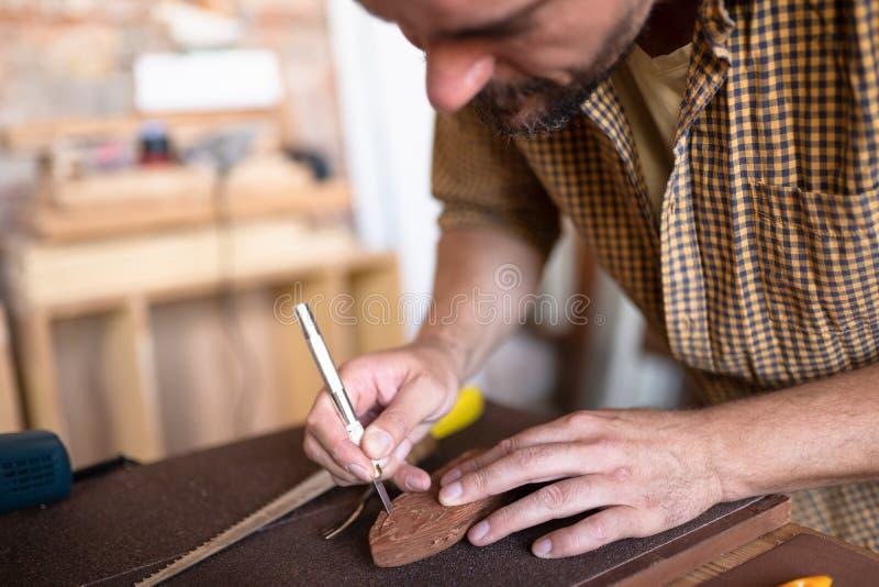 Ένας ξυλουργός που χρησιμοποιεί τη σμίλη του στοκ φωτογραφία