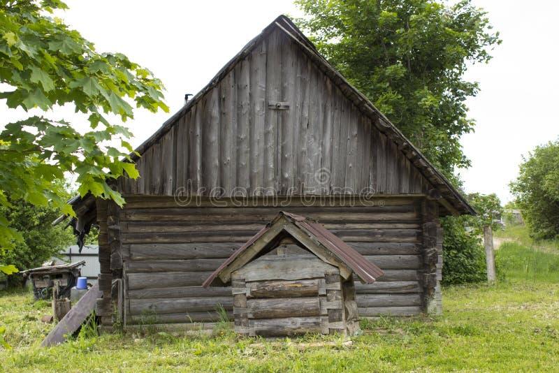 Ένας ξύλινος καλά στον τοίχο ενός του χωριού σπιτιού στοκ φωτογραφία με δικαίωμα ελεύθερης χρήσης