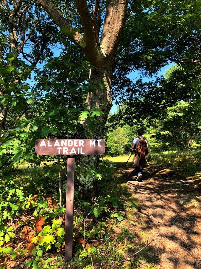 Ένας οδοιπόρος ατόμων που περπατά στο ίχνος βουνών Alander στοκ εικόνες με δικαίωμα ελεύθερης χρήσης