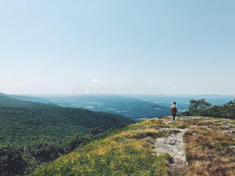 Ένας οδοιπόρος ατόμων που στην κορυφή του βουνού Alander στοκ φωτογραφίες