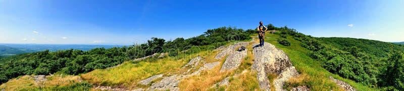 Ένας οδοιπόρος ατόμων που στην κορυφή του βουνού Alander στοκ εικόνα με δικαίωμα ελεύθερης χρήσης