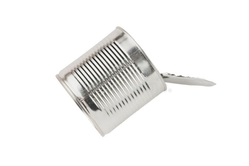Ένας ολόκληρος, μιας χρήσης, ανοιχτός μεταλλικός γυαλιστερός κασσίτερος για κονσερβοποιημένα τρόφιμα απομονωμένος σε λευκό φόντο στοκ εικόνες με δικαίωμα ελεύθερης χρήσης