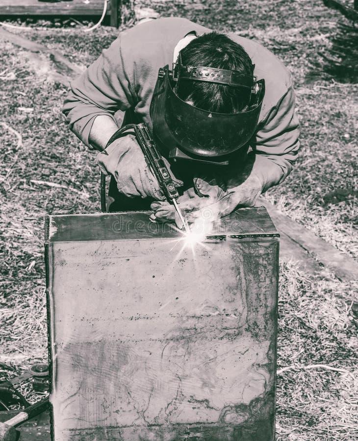 Ένας οξυγονοκολλητής βάζει τη ραφή στην ηλεκτρο συγκόλληση τόξων μετάλλων στοκ φωτογραφίες