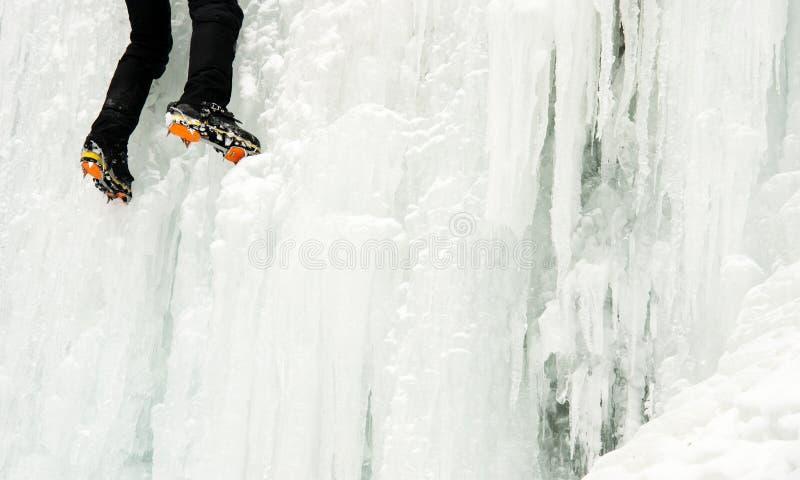 Ένας ορειβάτης πάγου σε έναν παγωμένο καταρράκτη στοκ φωτογραφίες με δικαίωμα ελεύθερης χρήσης