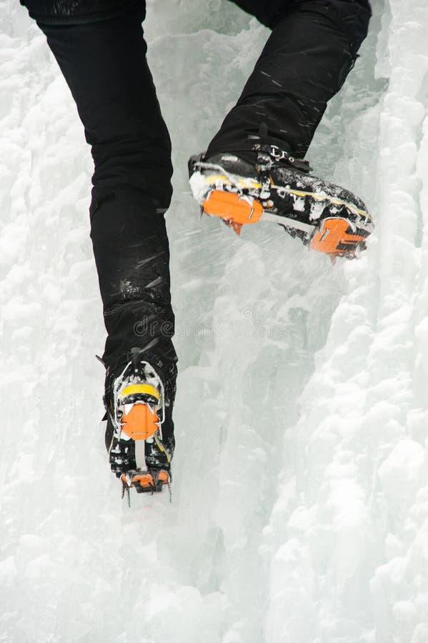 Ένας ορειβάτης πάγου σε έναν παγωμένο καταρράκτη στοκ φωτογραφίες