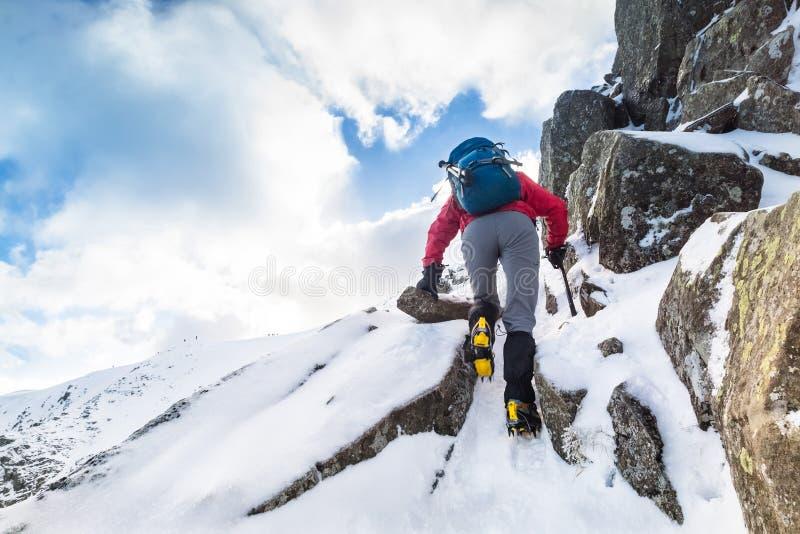 Ένας ορειβάτης που ανέρχεται μια χιονισμένη κορυφογραμμή στοκ φωτογραφία με δικαίωμα ελεύθερης χρήσης
